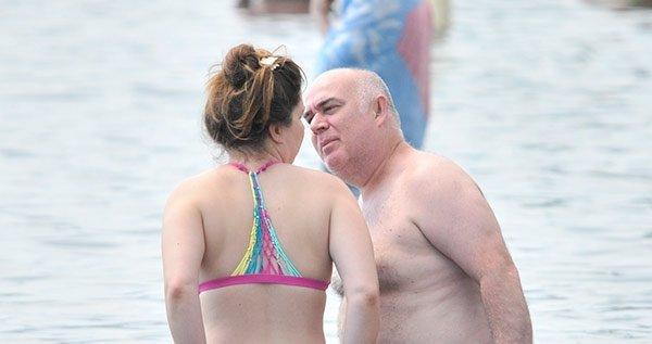 Oyuncu Güven Kıraç ile eşi denizde aşk tazelediler