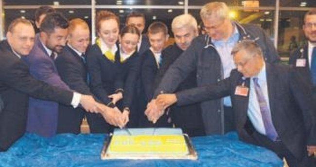 Ukrayna Havayolları'nın ilk Kiev uçağı karşılandı