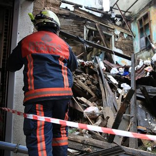 Fatih'te kullanılmayan bina çöktü