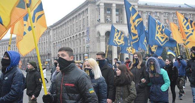 Ukrayna'da göstericiler banka yağmaladı