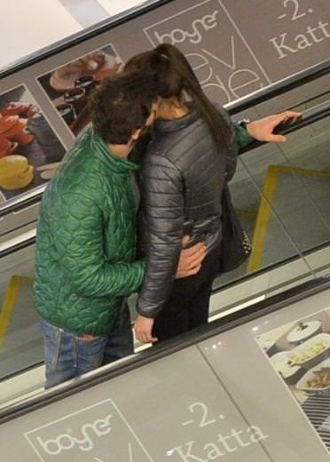 Can Nergis ile sevgilisi merdivende aşka geldi