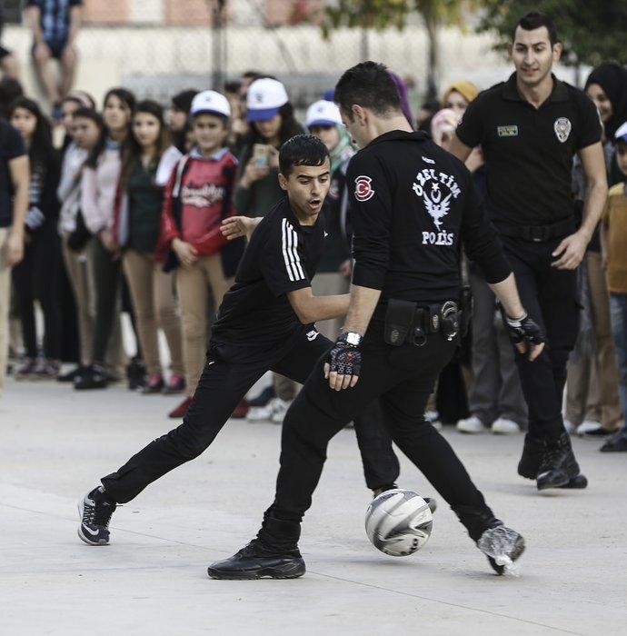 Polis operasyından sonra öğrencilerle futbol oynadı