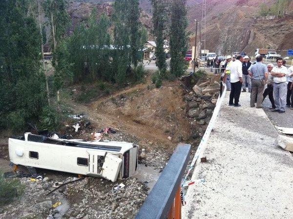 Erzurum'da yolcu otobüsü dereye yuvarlandı