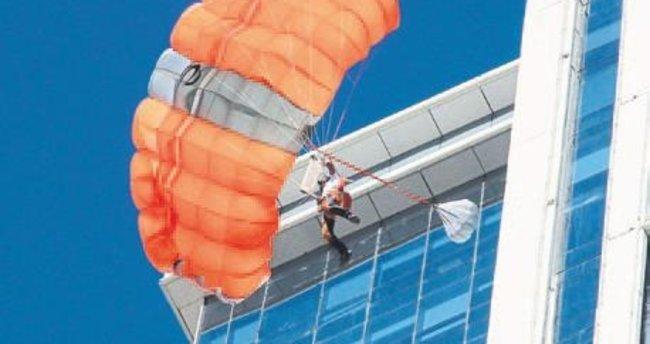 Folkart Towers'ın zirvesinden paraşütle atladı