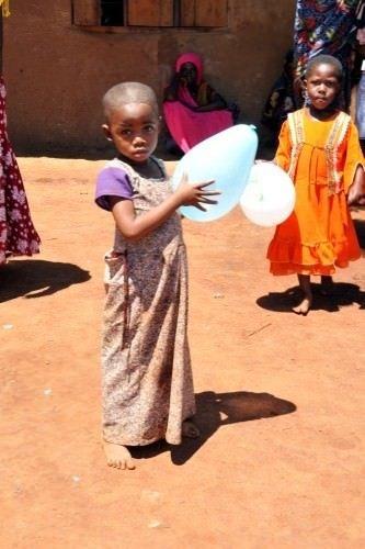 Bu çocuklar ilk defa balon ve top şeker gördü