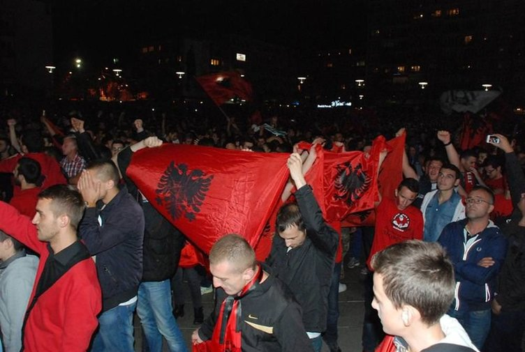 Arnavutlar olaylı maçı kutladı