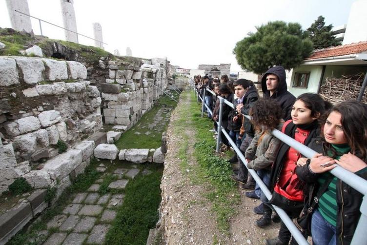 Gençler, İzmir'i gezerek öğreniyor