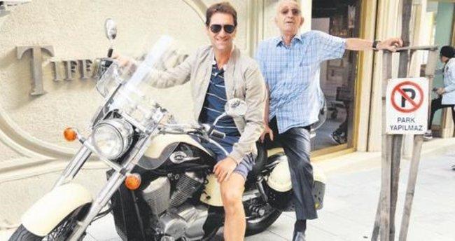 Babam motosikletle gezmeyi seviyor