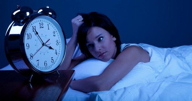 Uykusu kaçan kişi ilk olarak bakın ne yapıyor!