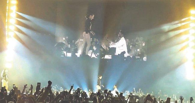 Beyonce'nin dansçıları sahnede sözlendi
