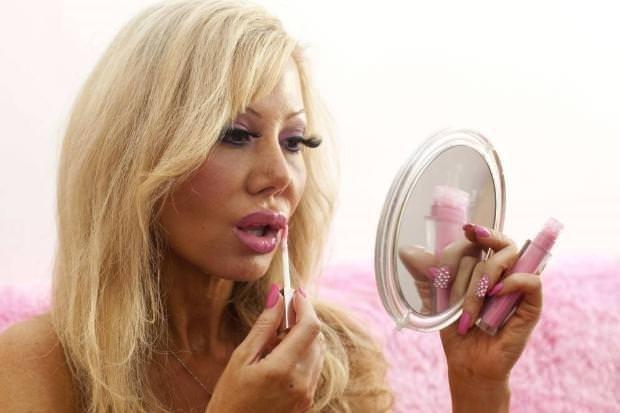 Gerçek Barbie olmak için aptal olacak