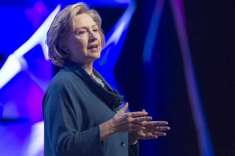 Hillary Clinton'a ayakkabı fırlatıldı