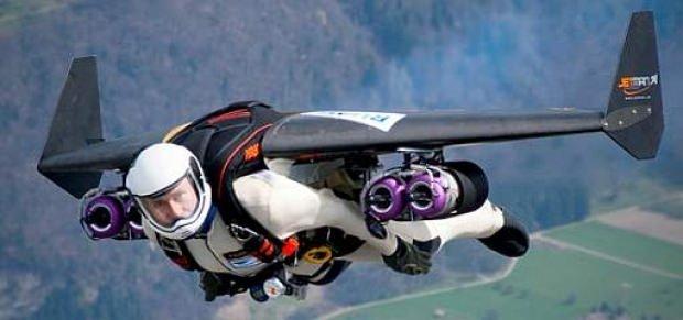 Jet motorlu kanatlarla Dubai'de uçan ilk insan