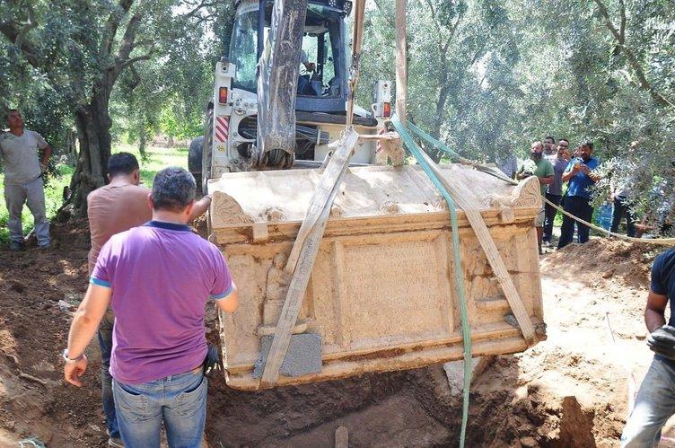 Zeytinlikten lahit fışkırıyor 5 tonluk mermer mezar vinçle çıkarıldı