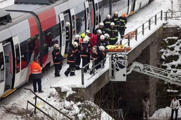 İki tren kafa kafaya girdi