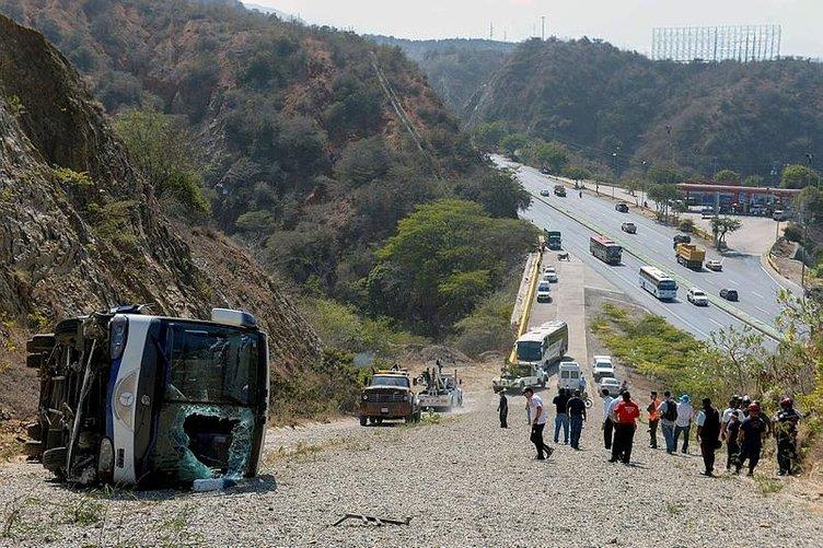 Huracan'ın takım otobüsü Venezuela'da devrildi