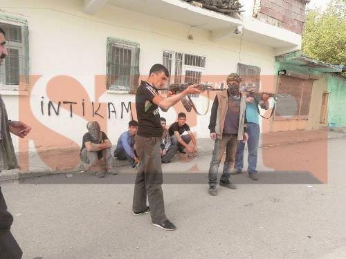 Atatürk'e nişan alıp DAEŞ pozu veriyorlar