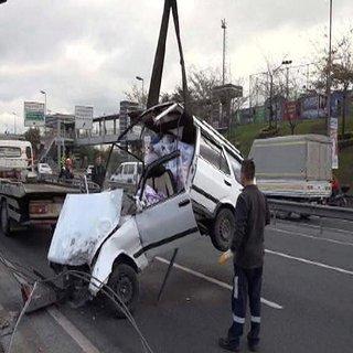 Otomobil metrobüs bariyerine çarptı