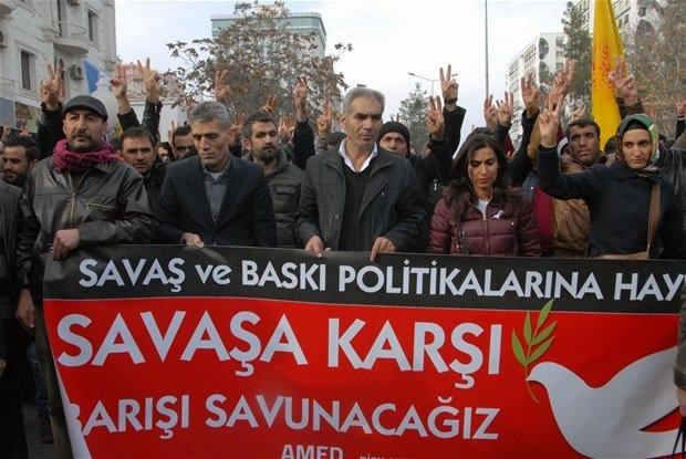 Dİyarbakır'da göstericilere polis müdahale etti