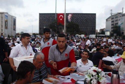 Taksim'de kardeşlik iftarı