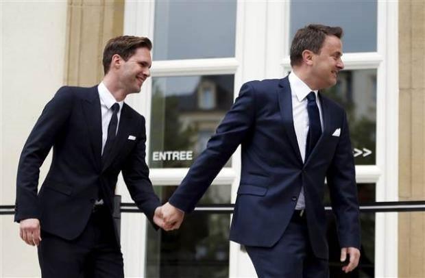 Eşcinsel bakan tarihe geçti