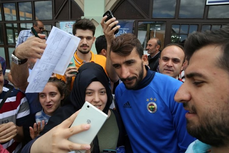 Cuma namazı çıkışı Fenerbahçeli futbolculara büyük ilgi