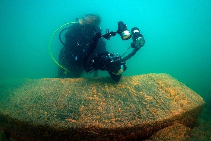 Tarihi mezar taşları iskeleden çıktı