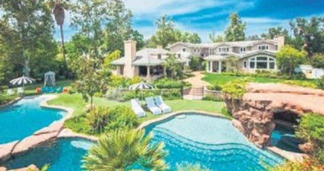 Jolie altı çocukla kiralık eve çıktı