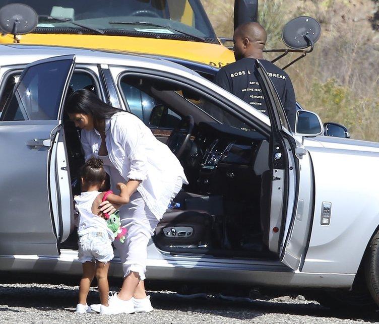 Kim Kardashian topukluları attı!