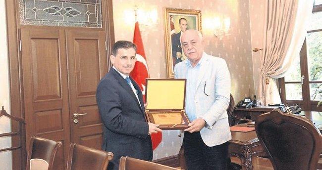 Başkan Seyfi Dingil'den Vali Topaca'ya plaket