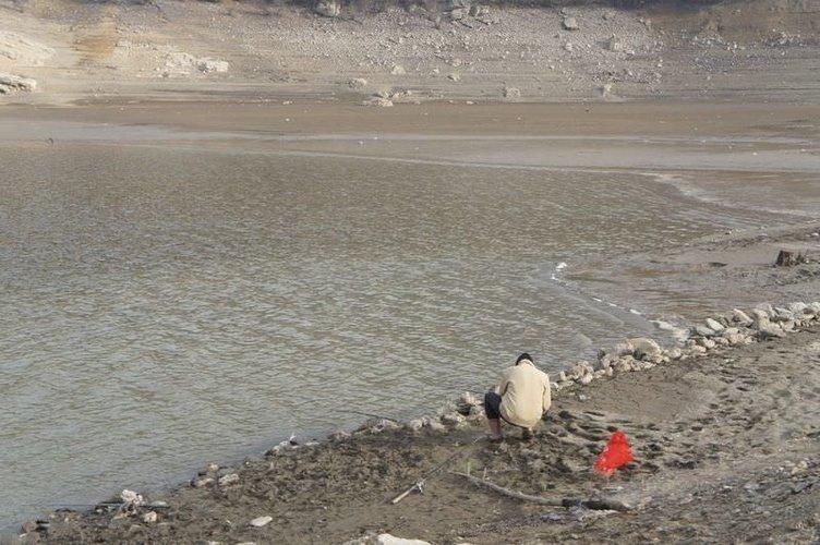 Sular çekilince tarihi mezarlık ortaya çıktı