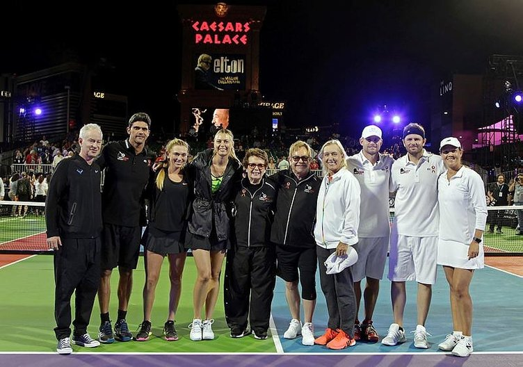 Ve Sharapova korta çıktı