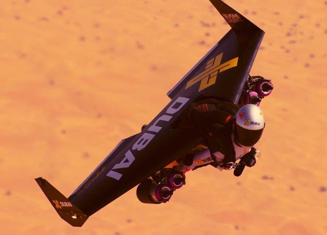 'Jetman' Dubai semalarında akrobasi uçağıyla birlikte uçtu