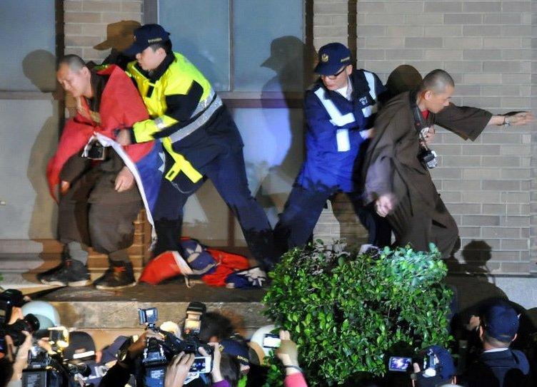 Öğrenciler hükümet binasına girdi