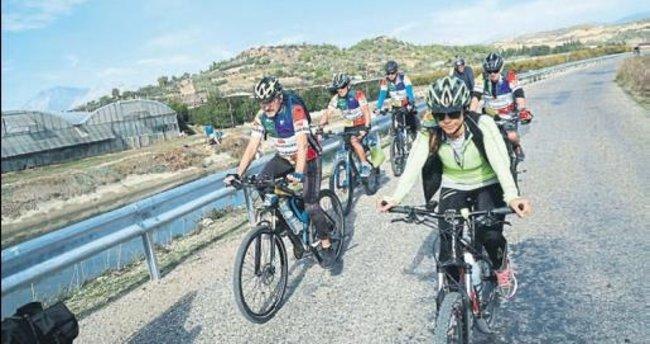 Bisikletlerle 150 kilometre gittiler