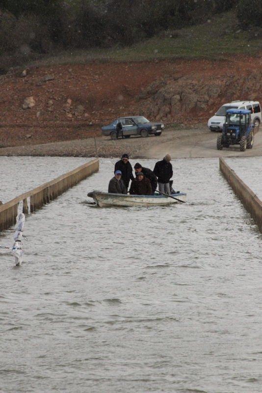 Sular altında kalan köprünün üstünden sandalla geçtiler
