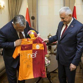 Başbakan Yıldırım`dan Macaristan Başbakanı Orban`a forma sürprizi!