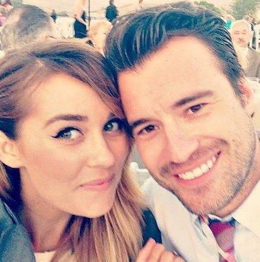 Lauren nişanlandı
