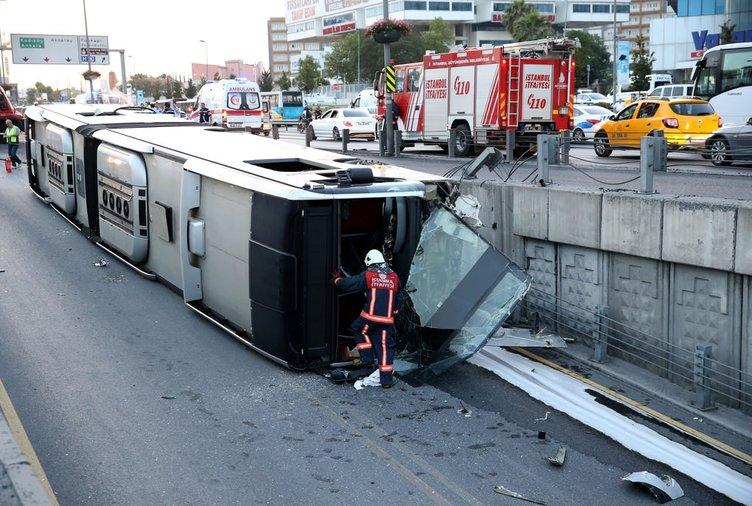 Cevizlibağ'da metrobüs devrildi!