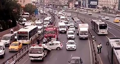 Trafik kazası E-5'te trafiği felç etti
