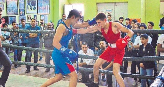 Adana'da boks seçmelerine 20 sporcu katıldı