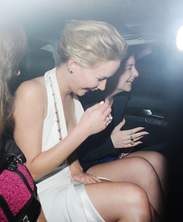 Jennifer Lawrence elbisesinin azizliğine uğradı