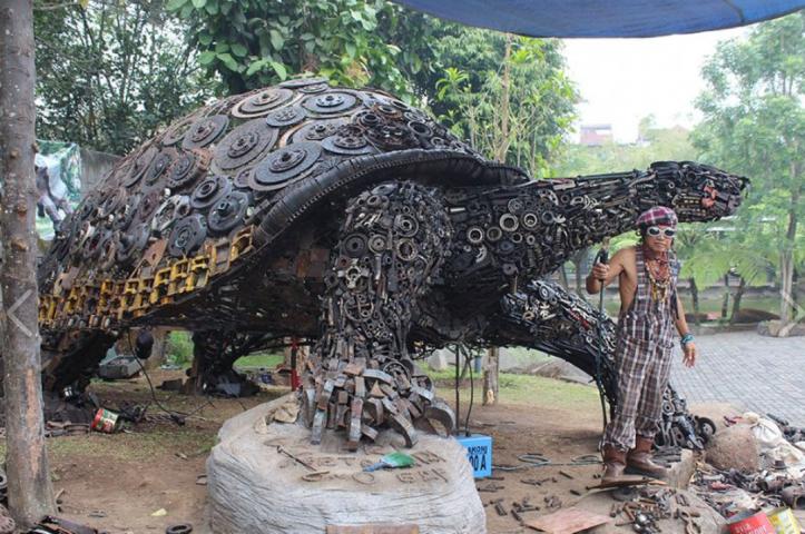 Endonezyalı sanatçı hurda parçalarıyla heykel yaptı