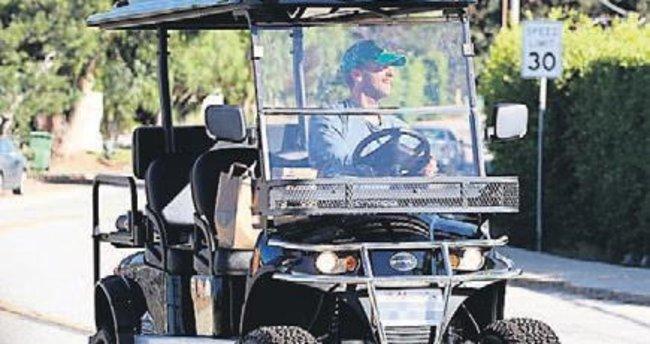Golf arabasıyla alışverişe çıktı