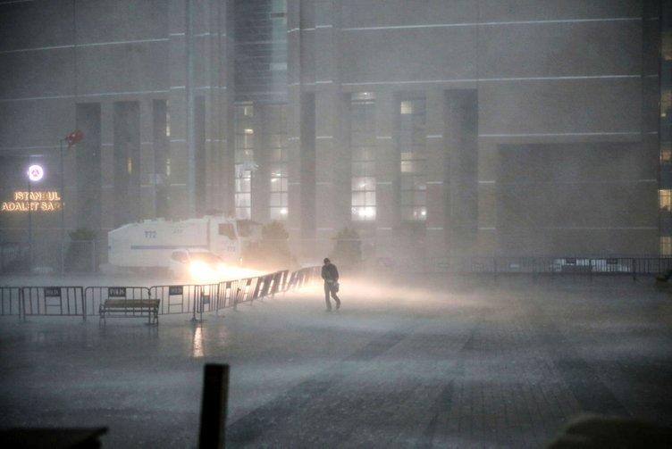 İstanbul´da şiddetli yağış ve dolu hayatı olumsuz etkiledi
