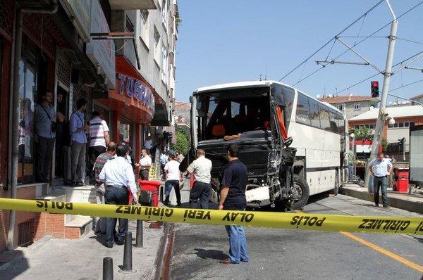Otobüs tramvay durağına girdi