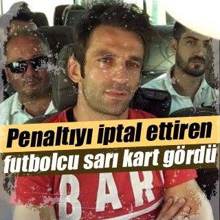 Penaltıyı iptal ettiren futbolcu sarı kart gördü!