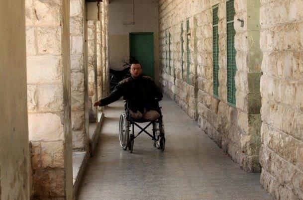 Tekerlekli sandalyesinde öğretmenlik yapıyor