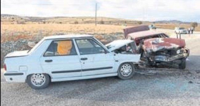 2 araç çarpıştı: 1 ölü, 2 yaralı
