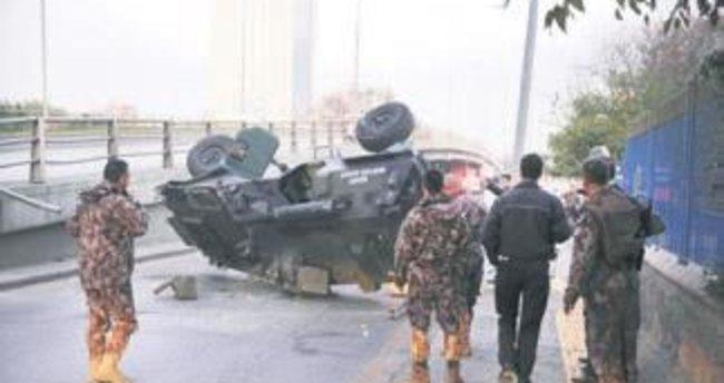 Zırhlı polis aracı üst geçitten düştü: 3 kişi yaralandı